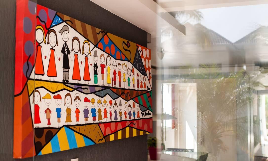 Um quadro na parede da sala representa a família do funkeiro Foto: Bárbara Lopes / Agência O Globo