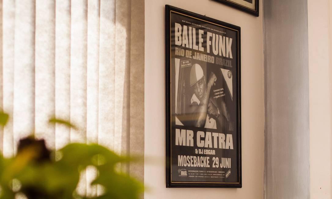 O cartaz de um show do Mr. Catra também decora a parede da sala Foto: Bárbara Lopes / Agência O Globo