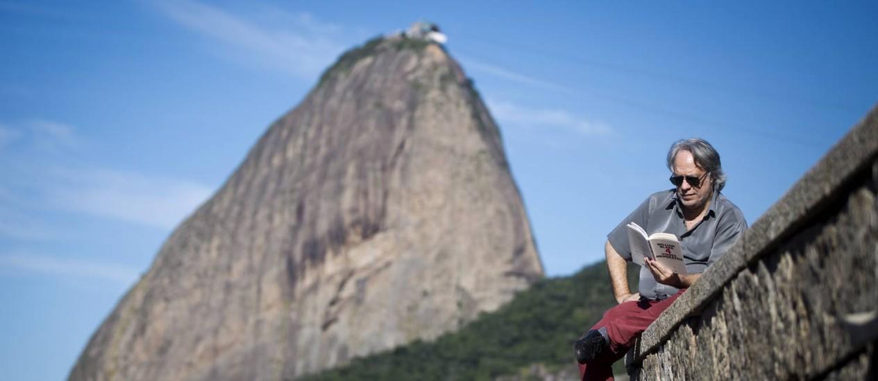 """Fausto Fawcett, no Aterro do Flamengo: """"O que interessa é um visual de longo alcance fornecendo contraponto generoso para o transe de leitura"""" Foto: Guito Moreto / Agência O Globo"""