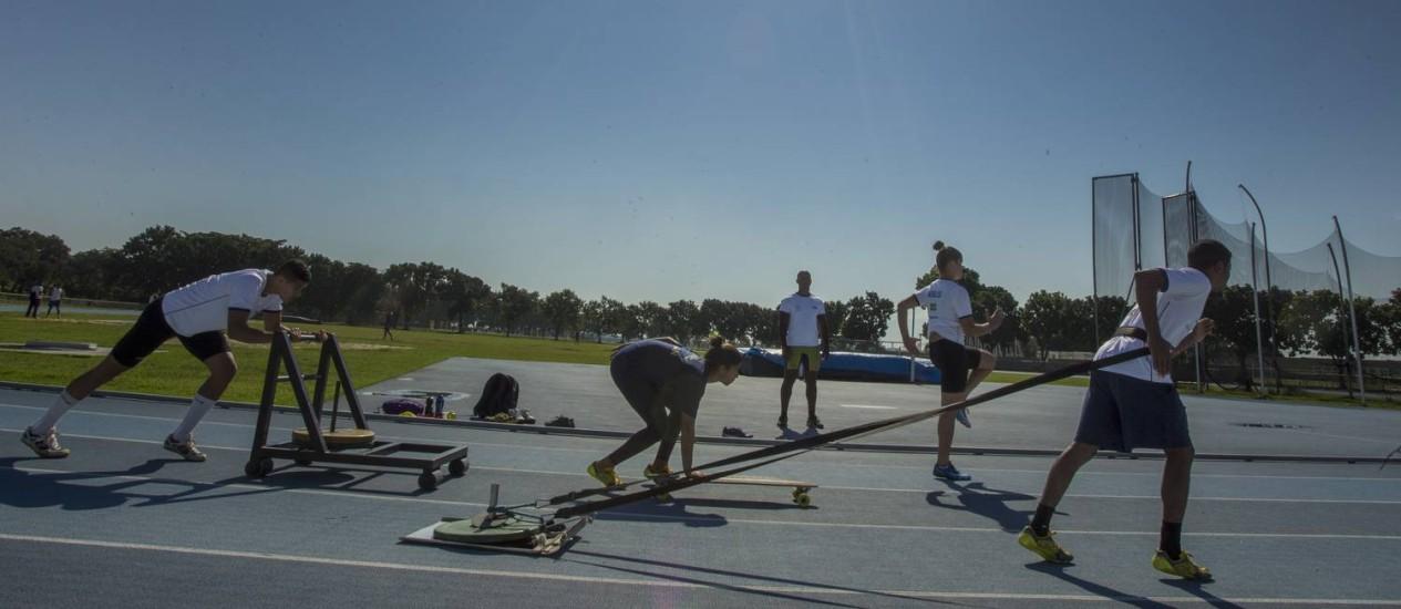 Jovens atletas de bobsled, no centro atlético da Marinha, na Penha Foto: Antonio Scorza / Agência O Globo