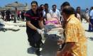 Médicos carregam vítimas, após atentado na praia de Sousse, na Tunísia Foto: FETHI BELAID / AFP