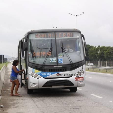 Perigo. Passageira corre risco embarcando em ponto sem abrigo no Gradim Foto: Eduardo Naddar / Eduardo Naddar