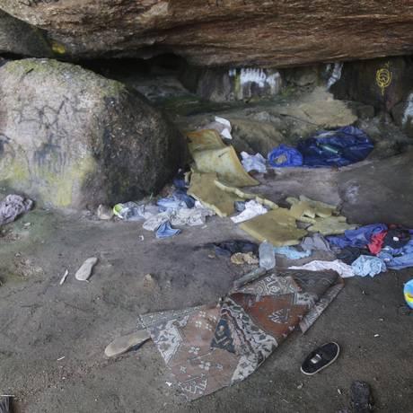 Pedaços de colchão, roupas e muito lixo no chão de uma gruta na enseada do Havaizinho Foto: Felipe Hanower / Agência O Globo