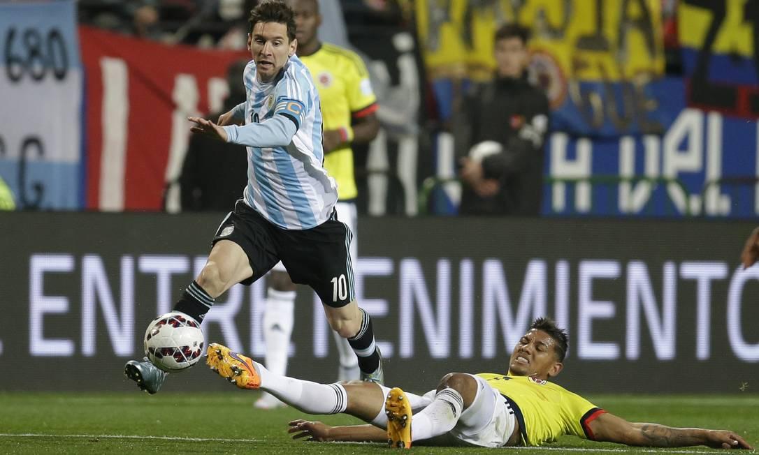 Messi supera a marcação de Alexander Mejia e leva a Argentina ao ataque Natacha Pisarenko / AP