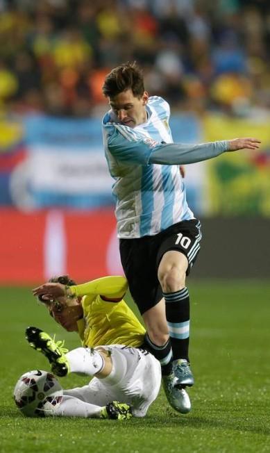 Santiago Arias dá um carrinho e tira a bola de Messi Natacha Pisarenko / AP