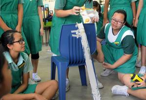 Contato. Alunas da escola Tanjong Katong em uma atividade de engenharia Foto: SPH/TIFFANY GOH