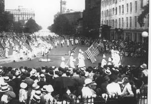 Domínio. Quarenta mil membros do Ku Klux Klan marcham em Washington em 1925, na maior demonstração da força do movimento racista Foto: Getty Images