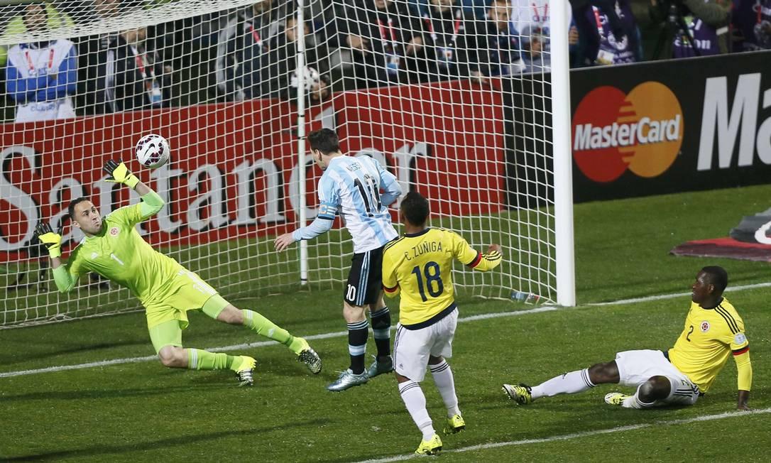 Na frente do gol, Messi perde uma chance incrível de abrir o placar RODRIGO GARRIDO / REUTERS