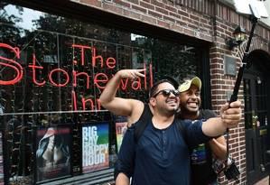 Alegria em NY. Amigos comemoram a decisão em frente ao Stonewall Inn Foto: TIMOTHY A. CLARY/AFP