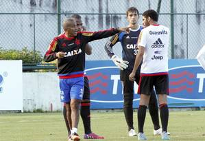 Cristóvão Borges orienta os zagueiros Samir e Wallace no treino do Flamengo, na Gávea Foto: Cezar Loureiro