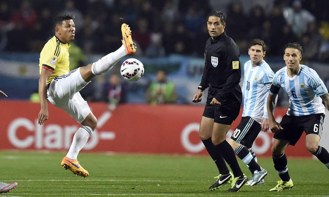 Alexander Mejia tenta chutar a bola para longe, mas erra JUAN BARRETO / AFP