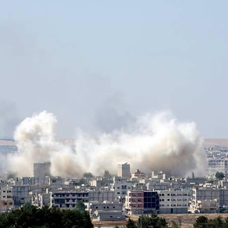 Explosão ocorre na cidade síria de Kobani neste sábado durante combate entre forças curdas e extremistas do Estado Islâmico Foto: STRINGER/TURKEY / REUTERS