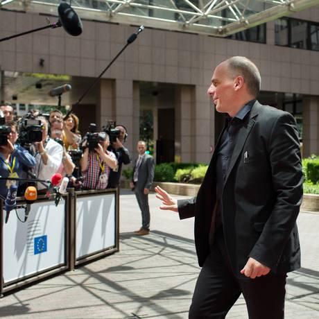 Yanis Varoufakis, ministro das Finanças da Grécia, chega à de emergência do Eurogrupo em Bruxelas Foto: Jasper Juinen / Bloomberg News
