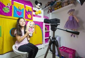 """Luz, câmera, ação. Bel grava vídeo para o YouTube: """"a gente não ensaia muito, é o que sai na hora mesmo"""", diz a menina, que tem 344 mil inscritos em seu canal Foto: Leo Martins"""