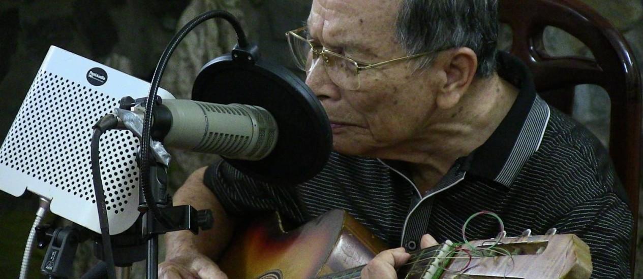 Um dos veteranos músicos que participam do disco 'Hanoi masters: War is a wound, peace is a scar', gravado em Hanói Foto: Divulgação