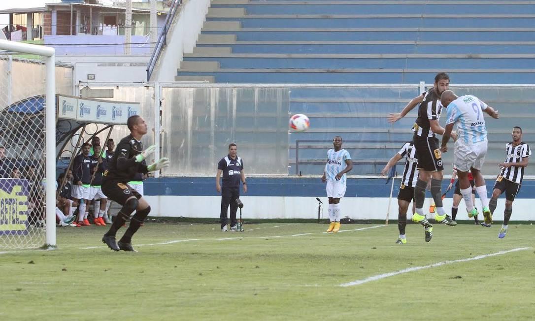 De cabeça, Anselmo, camisa 9, marcou dois gols no primeiro tempo Divulgação / Macaé