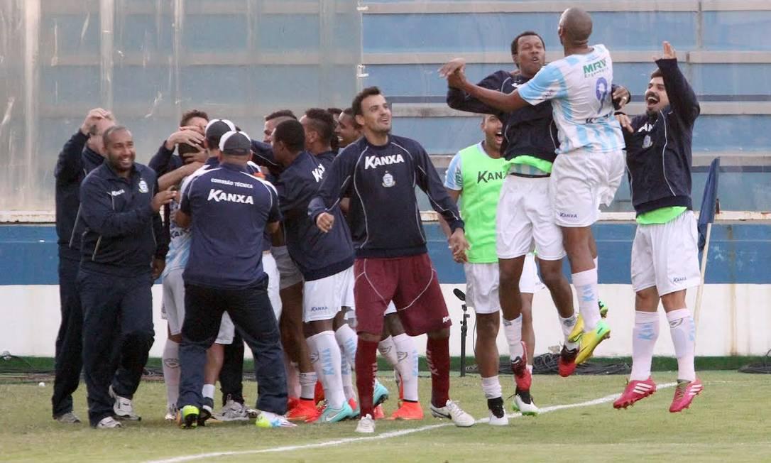Anselmo, camisa 9, comemora um de seus dois gols Divulgação / Macaé