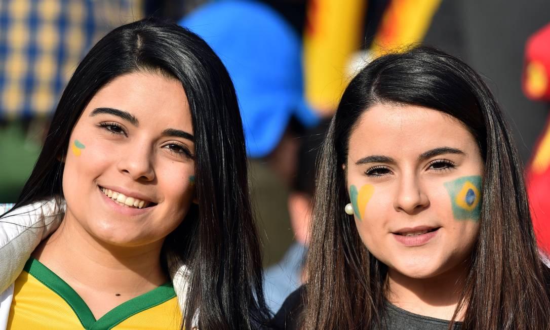 Torcedoras do Brasil antes do jogo contra o Paraguai, pela Copa América YURI CORTEZ / AFP