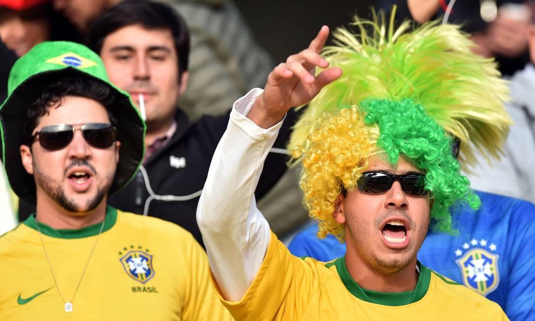 Torcedores brasileiros antes de a bola rolar no Chile YURI CORTEZ / AFP