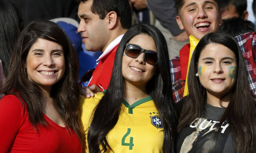 Torcedoras do Brasil aguardam o início do jogo ANDRES STAPFF / REUTERS