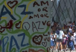 No Ciep Gustavo Capenama, na Maré, os próprios alunos decoram os muros da escola Foto: ANTONIO SCORZA / Agência O Globo