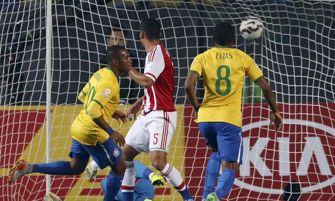 Robinho corre para comemorar seu primeiro gol na Copa América ANDRES STAPFF / REUTERS