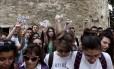 """Outro lado: membros da ala jovem do partido Syriza fazem ato com papéis pedindo que as pessoas votem """"não"""", rejeitando a proposta dos credores europeus"""