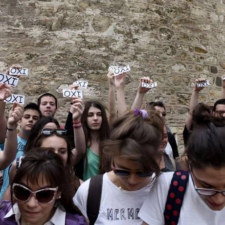 """Outro lado: membros da ala jovem do partido Syriza fazem ato com papéis pedindo que as pessoas votem """"não"""", rejeitando a proposta dos credores europeus Foto: Giannis Papanikos / AP"""