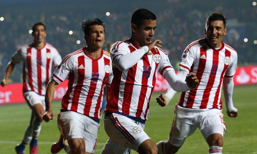 Gonzalez beija a mão ao comemorar o gol do Paraguai Silvia Izquierdo / AP