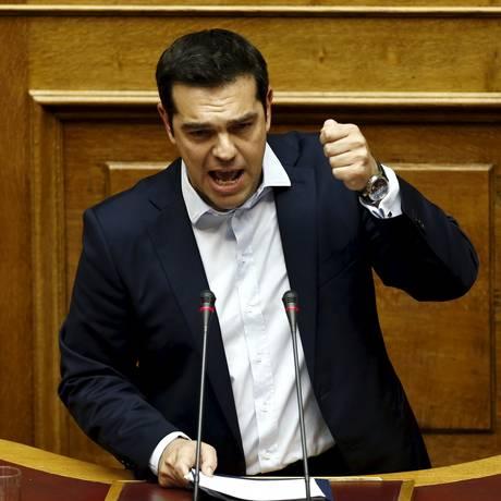 Primeiro-ministro Alexis Tsipras discursa no Parlamento na madrugada de domingo Foto: ALKIS KONSTANTINIDIS / Alkis Konstantinidis/Reuters