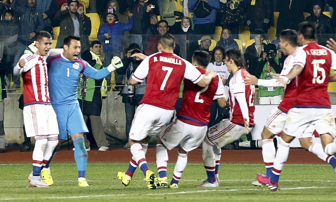 Jogadores do Paraguai comemoram a classificação às semifinais MARIANA BAZO / REUTERS