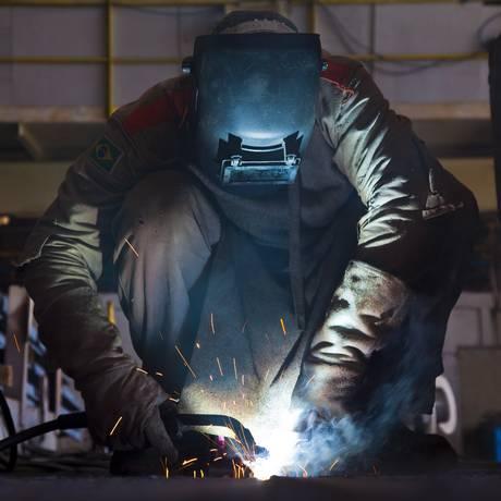 Trabalhador em estaleiro. Setor de construção naval é considerado um dos que têm nível de ineficiência elevado Foto: Mônica Imbuzeiro / Agência O Globo