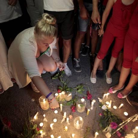Turista alemã acende velas em frente a hotel tunisiano atacado por atirador em Sousse Foto: ZOUBEIR SOUISSI / REUTERS