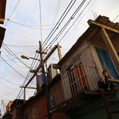 À luz do dia. Favela em Buenos Aires: conjunto de ONGs já mapeou cinco das 18 comunidades da capital, expondo uma pobreza que desafia as estatísticas oficiais Foto: Magui Masseroni / Agência O Globo