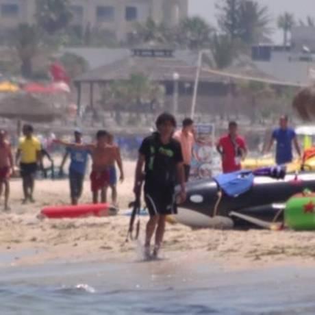 Imagem exclusiva mostra atirador caminhando tranquilamente me praia da Tunísia com arma Foto: Skynews