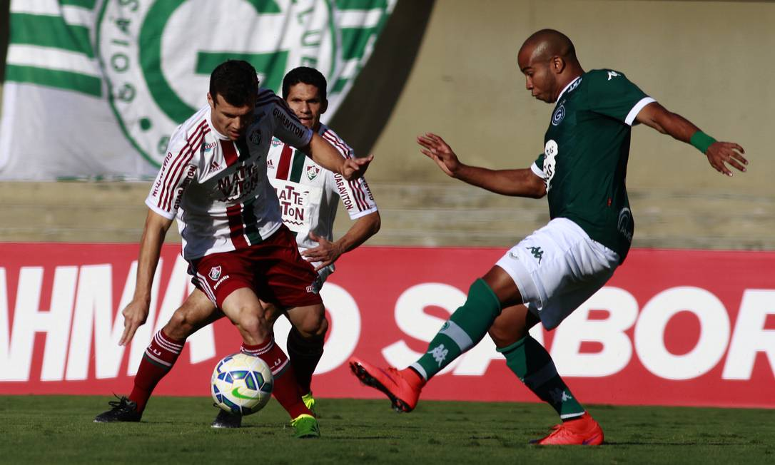 Wagner, do Fluminense, recebe a marcação de um jogador do Goiás Nelson Perez / Fluminense