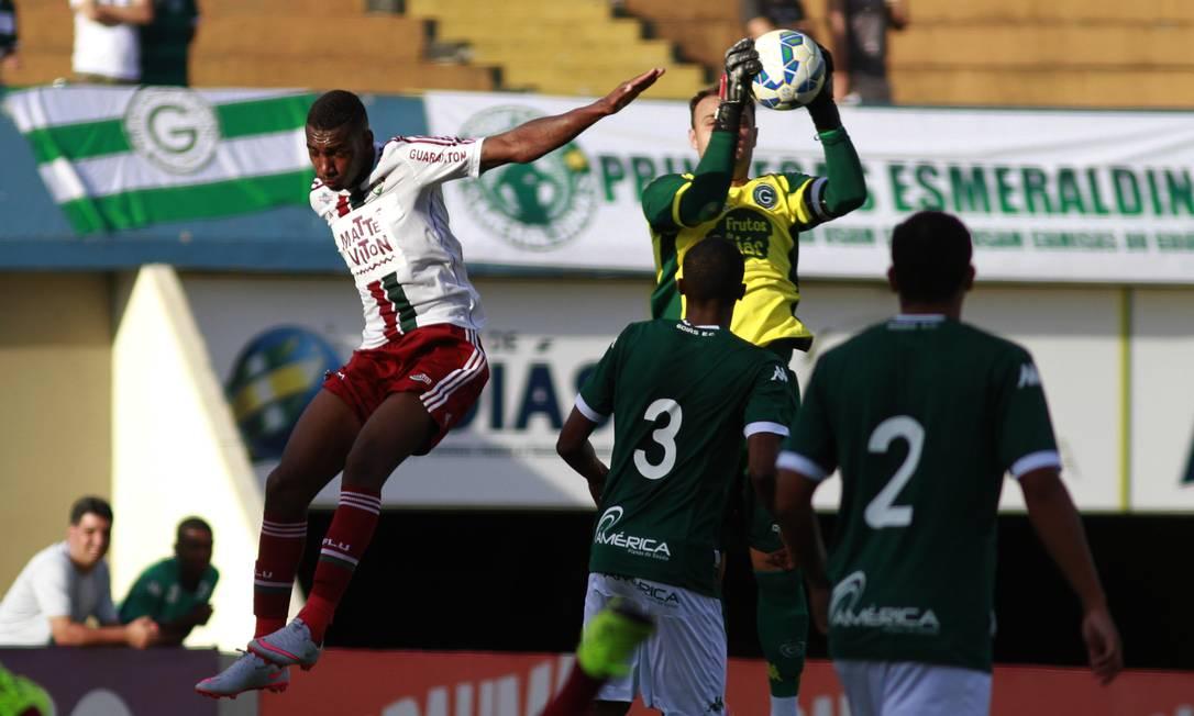 Renan se antecipa a Gérson e faz a defesa Nelson Perez / Fluminense