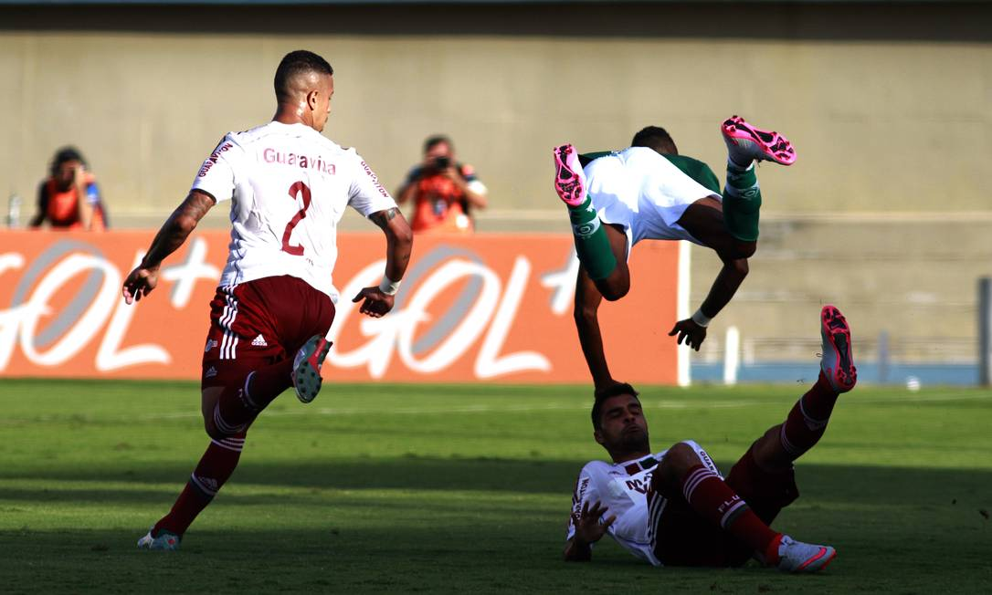 Jogador do Goiás voa na partida no Serra Dourada Nelson Perez / Fluminense
