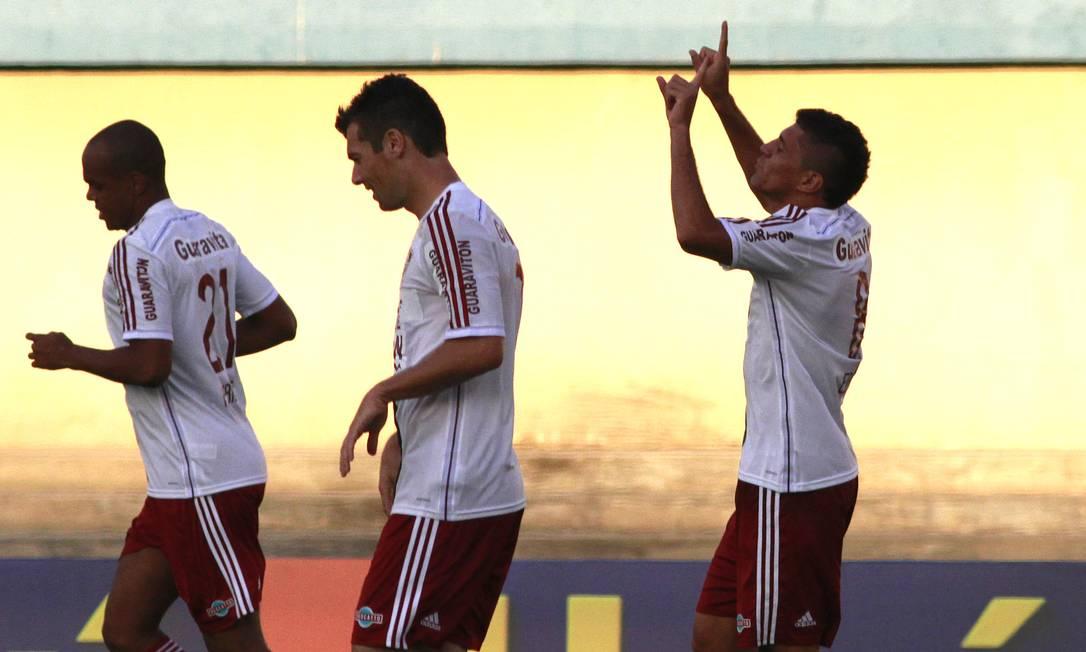 Edson ergue as mãos aos céus para comemorar o gol da virada tricolor Nelson Perez / Fluminense
