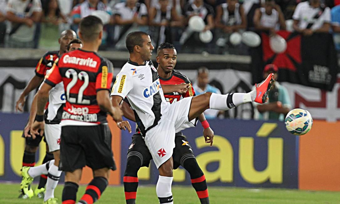Júlio César tenta dominar a bola, marcado por Everton e Luiz Antonio Jorge William / Agência O Globo