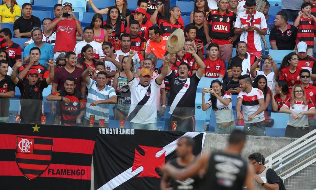 As duas torcidas em paz no estádio em Cuiabá Jorge William / Agência O Globo
