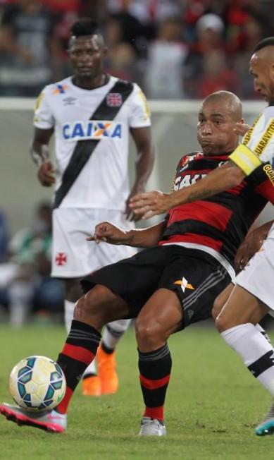 Pico e Guiñazú disputam a bola no meio de campo Jorge William / Agência O Globo