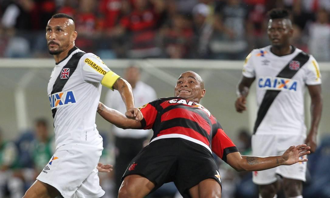Pico perde o equilíbrio em dividida com Guiñazú Jorge William / Agência O Globo