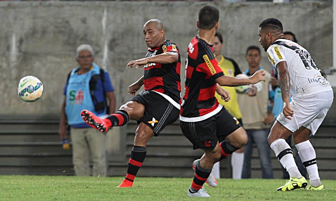 Marcado por Jhon Cley, Pico chuta a bola Jorge William / Agência O Globo