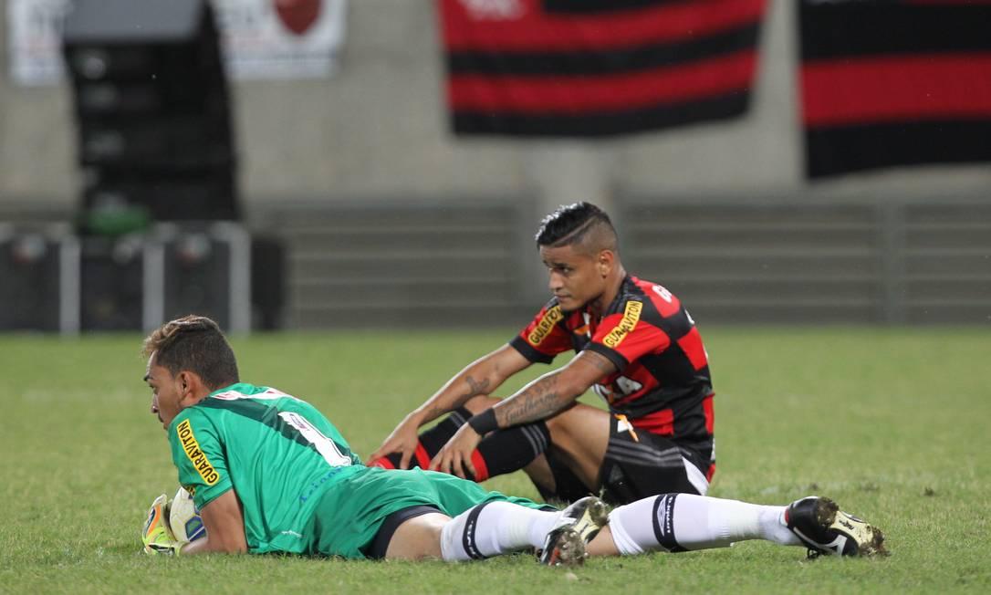 Goleiro vascaíno Charles defende a bola, ao lado do rubro-negro Everton Jorge William / Agência O Globo