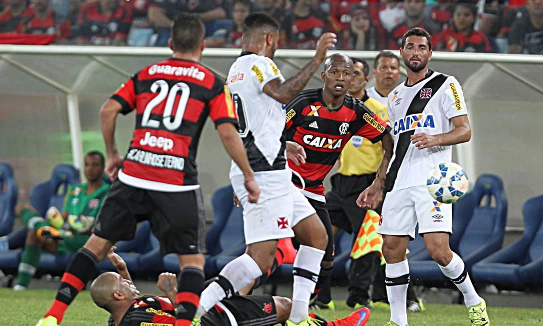 John Cley disputa a bola com Samir no ataque vascaíno Jorge William / Agência O Globo