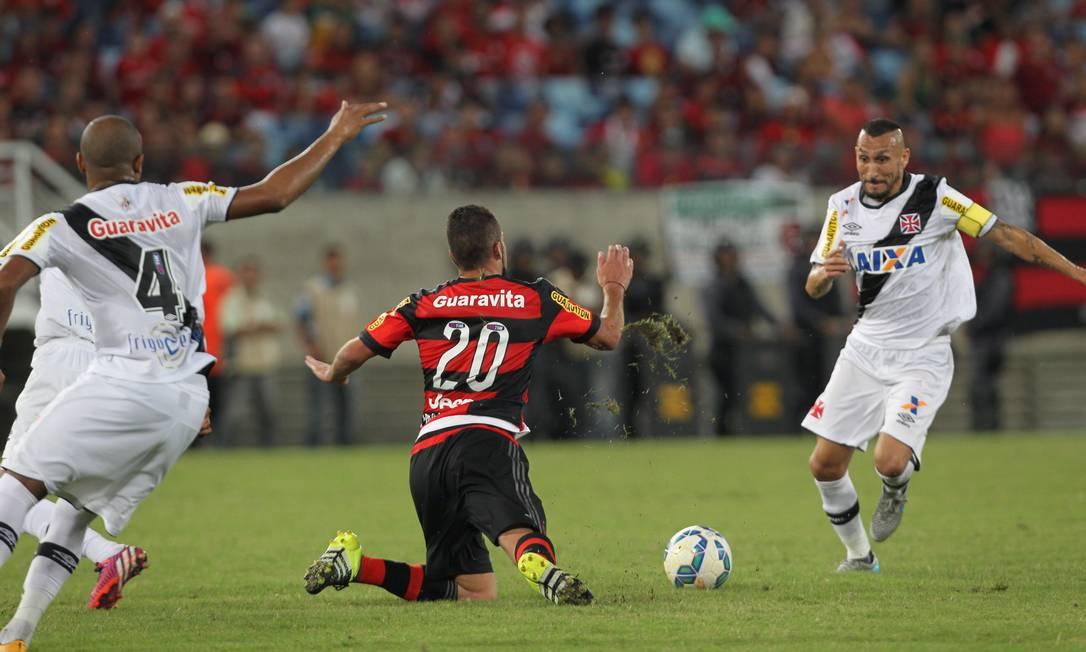 Canteros cai no gramado, em disputa de argentinos com Guiñazú Jorge William / Agência O Globo