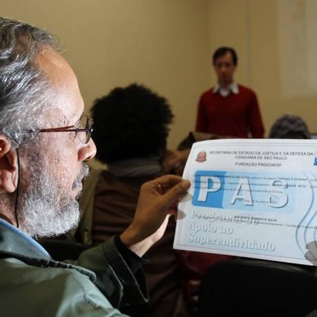 Aprendizado. Palestra para superendividados no Procon-SP, na Barra Funda. Participante exibe diploma de conclusão Foto: Michel Filho / Agência O Globo