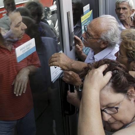 Pensionistas esperam em frente a uma agência do Banco Nacional da Grécia, em Creta, para receber pagamento Foto: Stefanos Rapanis / REUTERS