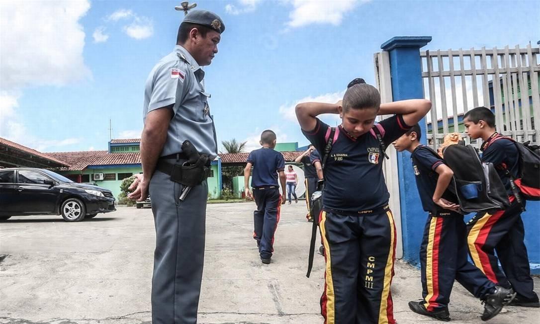 Polícia assume escola em área violenta de Manaus e impõe rotina militar -  Jornal O Globo 656398e73dd01